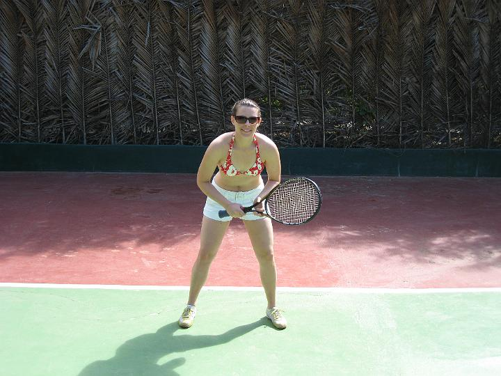 E playing tennis